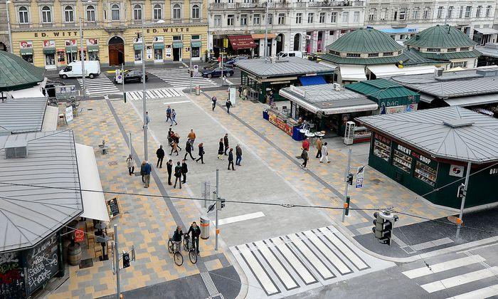 Die Begegnungszone auf der Schleifmühlbrücke auf dem Naschmarkt, die Linke und Rechte Wienzeile verbindet.