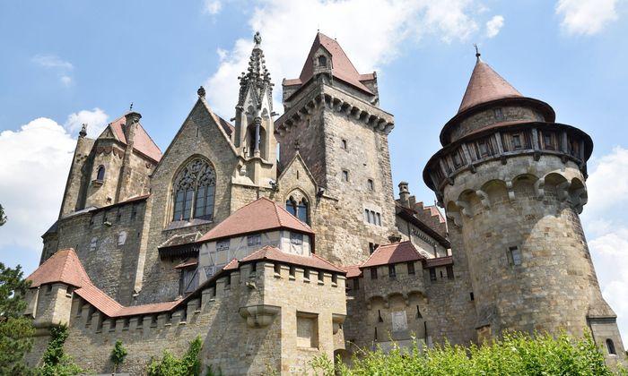 Die mächtige Burg Kreuzenstein wurde in dieser Form nie als Burg genutzt: Der leidenschaftliche Sammler Graf Wilczek ließ sie erst im 19. Jahrhundert errichten.