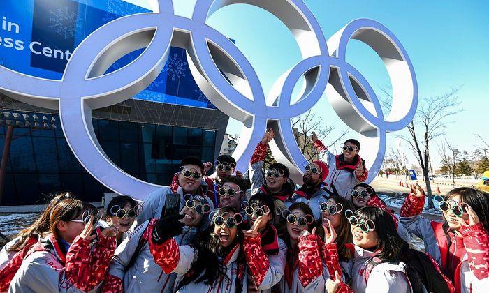 Südkoreaner machen Selfies vor den Olympischen Ringen