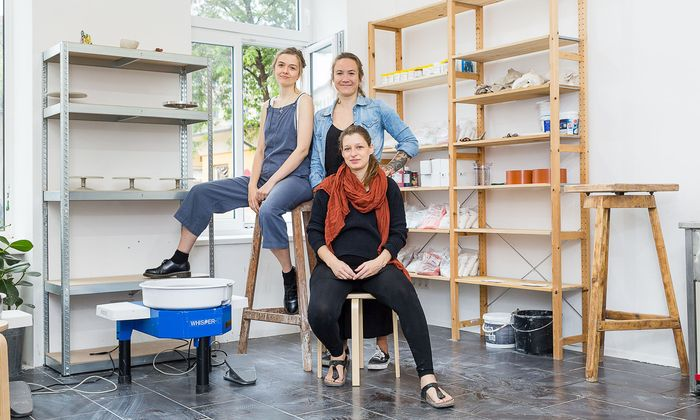 Kate Thompson, Anouk Siedler und Teresa Dolezal (von links) in ihrem Keramikstudio am Volkertmarkt.