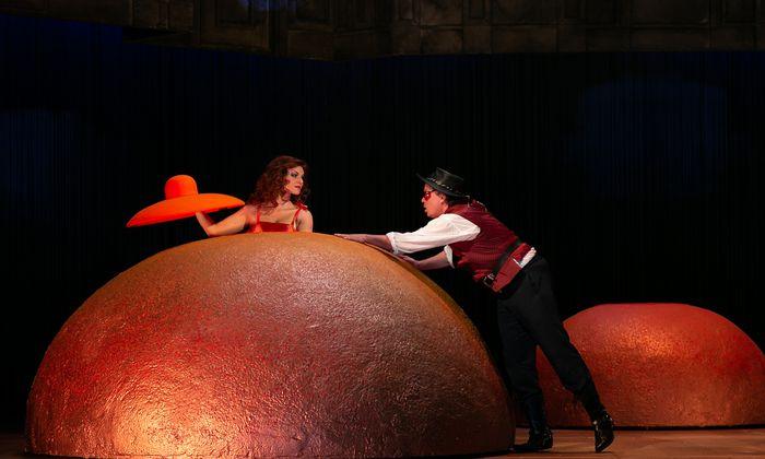 Hat der Regisseur Fellini missverstanden? Billiges Revuetheater mit viel Personal und Technik.