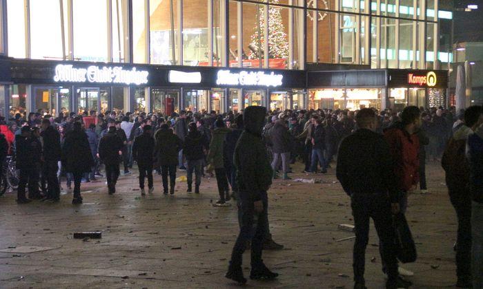 Zahlreiche Menschen am 31.12.2015 in Köln auf dem Vorplatz des Hauptbahnhofs. In der Silvesternacht waren am Kölner Hauptbahnhof Frauen sexuell belästigt und augeraubt worden.