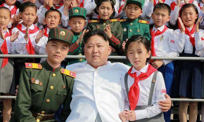 Der neue Vater der Nation. Kim Jong-un mit Schulkindern anlässlich des 70-Jahr-Jubiläums der Republik.