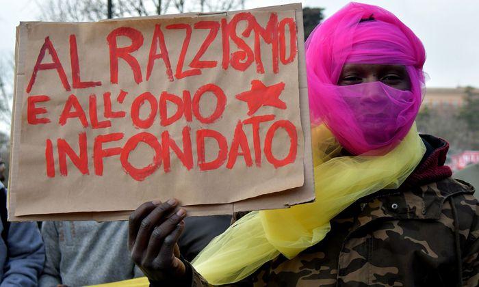 """Nein zu """"Rassismus und unbegründetem Hass"""": eine Demo gegen Fremdenfeindlichkeit nach dem blutigen Angriff auf Migranten in Macerata."""