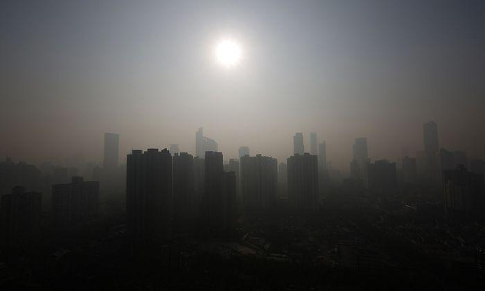 Symbolbild: Die Skyline von Shanghai im Dunst
