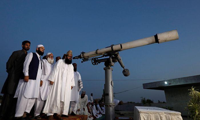 Das Mond-Sichtungs-Komitee in Karachi, Pakistan, hat den Neumond im Visier - das bedeutet: Der Ramadan beginnt.