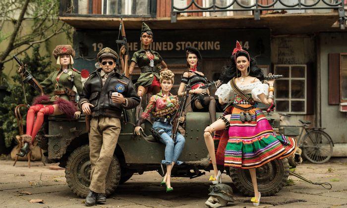 Der siegreiche Captain Hogie im Kreise seiner Barbie-Infanteristinnen.