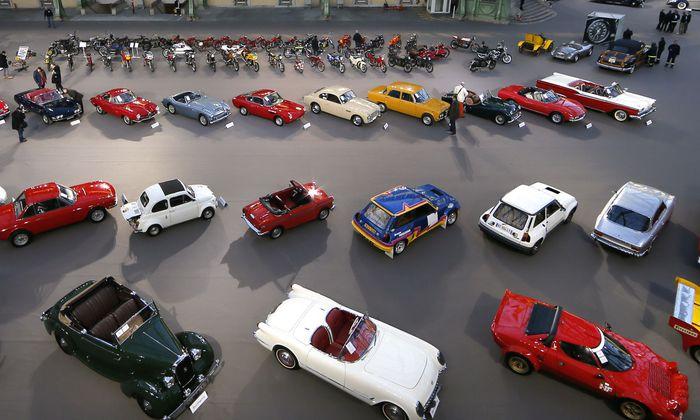 Wirklich begehrt sind derzeit nur Oldtimer, die Rekordpreise erreichen (auf dem Bild bei einer Versteigerung 2015 in Paris). Neuwagen sind weniger gefragt.