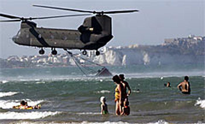 Ein Helikopter fasst Wasser.