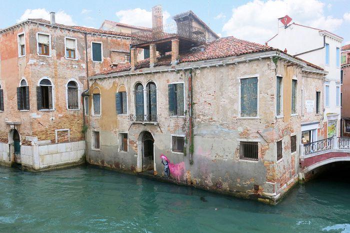 Dieses Palazetto am venezianischen Campo San Pantalon mit Graffito von Banksy steht zum Verkauf.