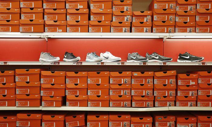 Der Umsatz geht nach Holland, die Lizenzgebühren (bis 2014) auf die Bermudas. Den Staaten, in denen Nike-Schuhe gekauft werden, bleiben kaum Steuern.