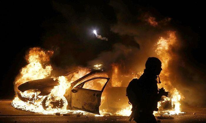Brennendes Polizeiauto