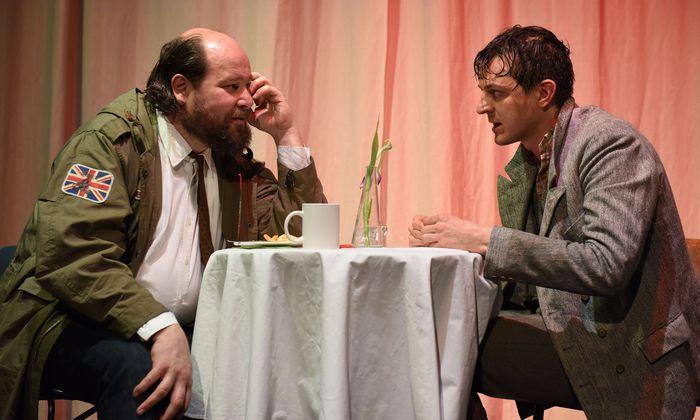 Brillant: Rainer Galke (l.) als abgründiger Desperado Mooney mit Helfer Syd (Sebastian Klein).