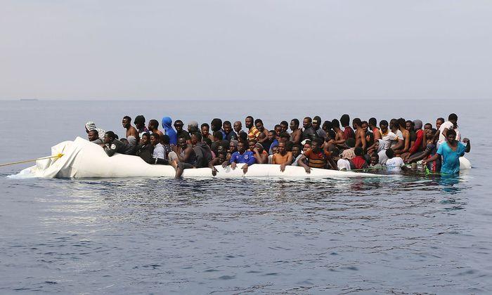 Die Menschen werden oft noch dicht vor der Küste Libyens aus dem Meer geholt und nach Italien verbracht.