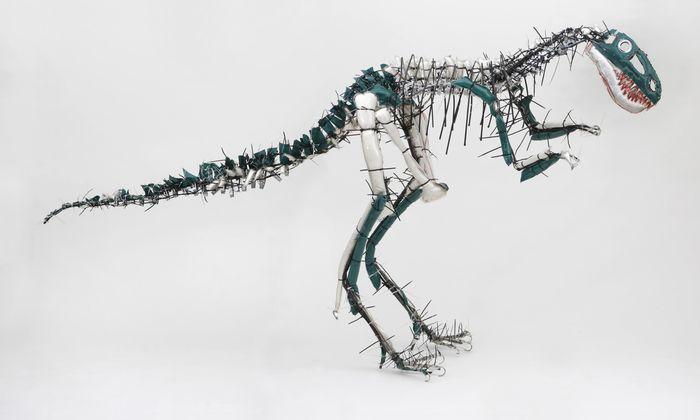 """Julia Krause-Harder arbeitet im Atelier Goldstein bei Frankfurt am Nachbau der Skelette aller bekannten (rund 800) Dino-Arten, hier der """"Nanotyrannus"""", 2013."""
