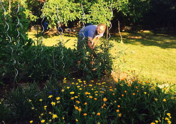 Rainer Doppler bei der Gartenarbeit.