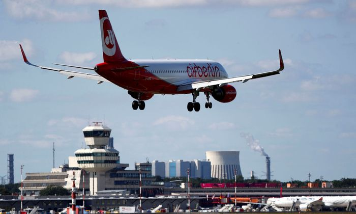 FILE PHOTO: FILE PHOTO: FILE PHOTO: An aircraft operated by German carrier Air Berlin lands in Berlin's Tegel