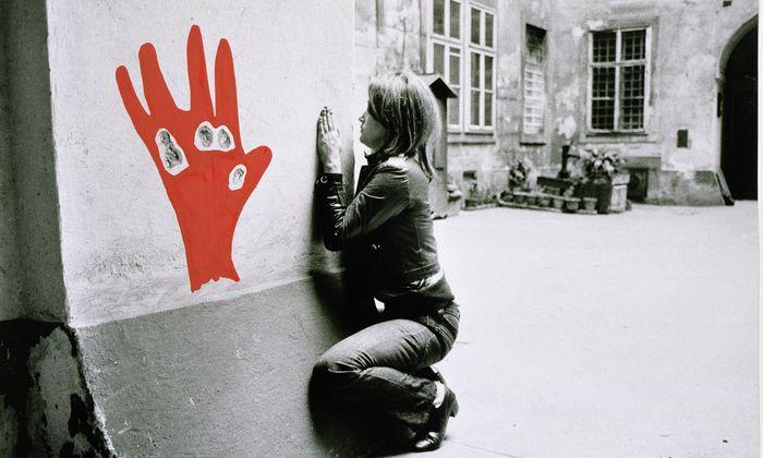 """""""Konfiguration mit Roter Hand"""" von Valie Export ist bis 24. Februar im Rahmen der Ausstellung """"Body Configurations"""" in der Galerie Thaddaeus Ropac in Paris zu sehen."""