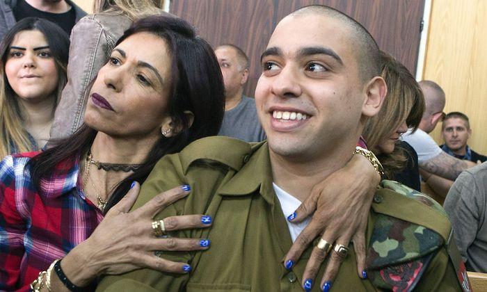 Soldat Asaria und seine Mutter vor der Urteilsverkündung.