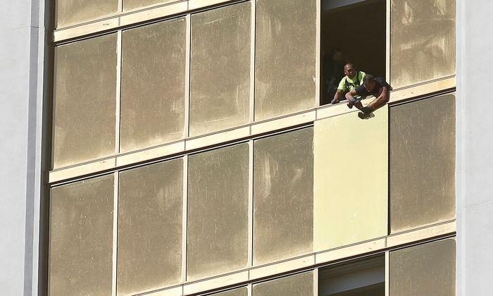 Die zerstörten Fenster des Zimmers im Mandalay Bay Hotels in Las Vegas werden repariert.