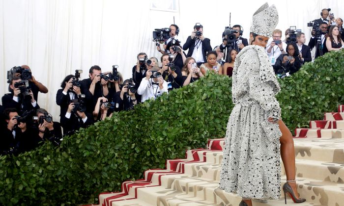"2018 stand die Met Gala unter dem Titel ""Heavenly Bodies: Fashion and the Catholic Imagination""."