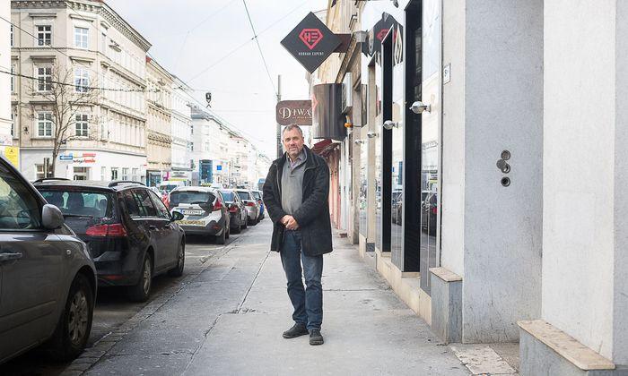 Raumluftanalytiker Peter Tappler auf Inspektion im 15. Bezirk – hier vor Lokalen in der Märzstraße.