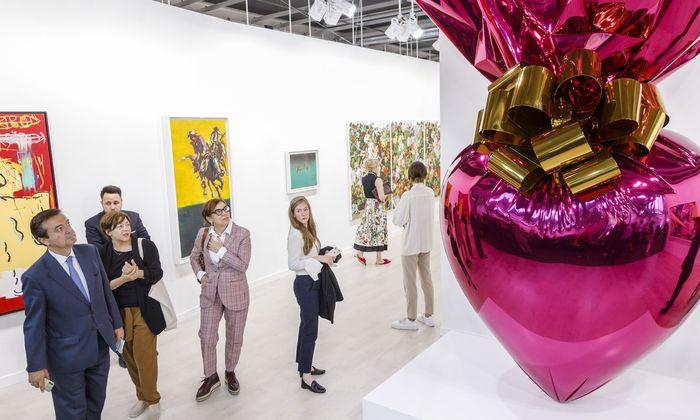 Das Kunstkapital wird bestaunt: Am Stand der Galerie Gagosian mit Jeff Koons verlockend glänzendem Riesenherz um 14,5 Millionen Dollar.