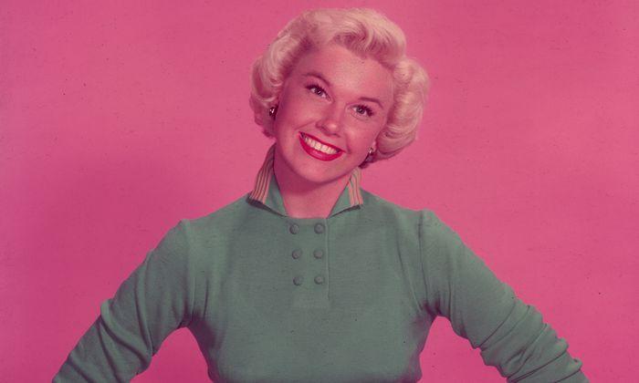 """Doris Day war die """"Sauberfrau"""", die in der Nachkriegszeit das Bild der USA in der Welt prägte. Besonders beliebt waren ihre familienfreundlichen Filme mit Rock Hudson wie """"Bettgeflüster"""". Day starb mit 97."""