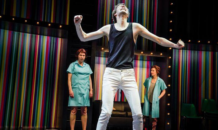 """Moritz Gottwald in """"status quo"""" als unterdrückter Mann an der Berliner Schaubühne. Ab Sonntag ist er erstmals bei den Salzburger Festspielen zu erleben: in """"Jugend ohne Gott""""."""