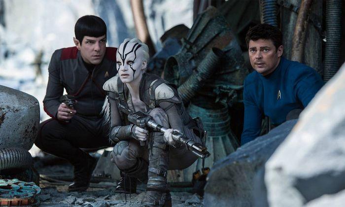 "Spock (Zachary Quinto), Neuzugang Jaylah (Sofia Boutella) und ""Pille"" McCoy (Karl Urban) auf Außenmission."