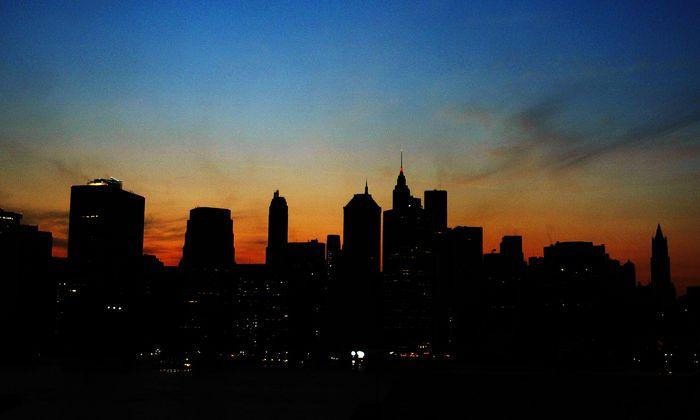 50 Millionen Menschen ohne Licht. Der große Blackout in Nordamerika (im Bild Manhattan) ist schon 15 Jahre her. Als Drohkulisse taugt es immer noch.