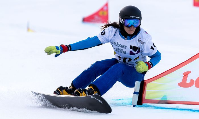 Julia Dujmovits tritt im Snowboarden an.
