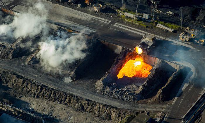 Glühende heiße Schlacke aus der Eisenproduktion.