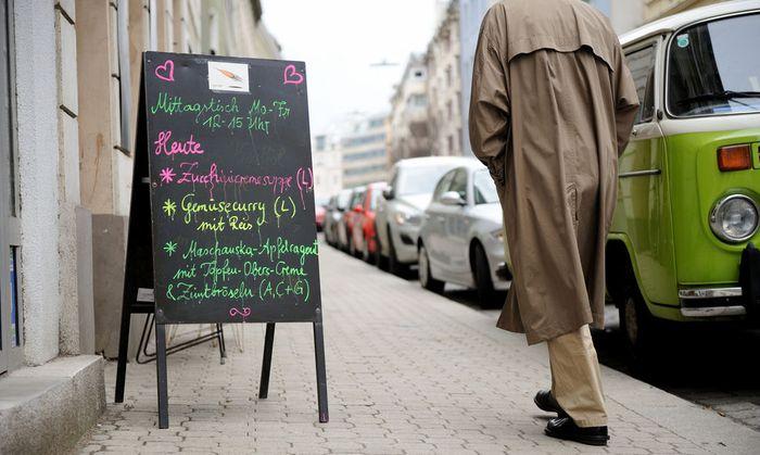 """""""Unser Laden"""" in Wien III – Buchstaben zu jedem Tagesgericht."""