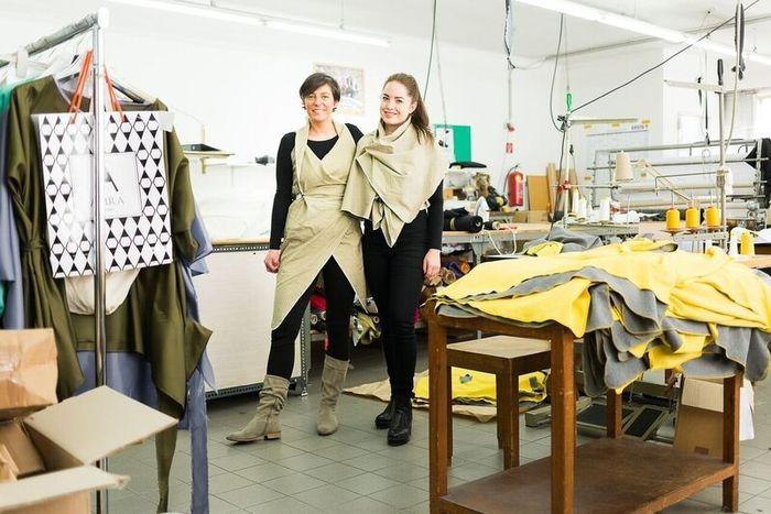 Stephanie Kukla (l.) und Magdalena Auer (r.) im Fertigungsbetrieb Maxa GmbH in Wien-Ottakring.