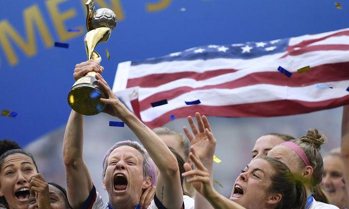 Megan Rapinoe stemmt den WM-Pokal. Ihre Tore ebneten Amerika den Weg zum vierten Titel.