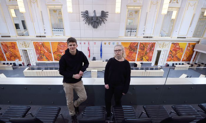 Die beiden Schüler Adrian Wunderbaldinger und Lea Strusievici im Parlament.