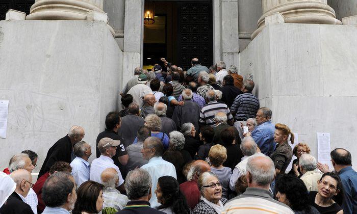 Bilder, die künftig vermieden werden sollen: Im Juli 2015 drängten aufgebrachte griechische Pensionisten in eine Bank in Thessaloniki, da sie um die Auszahlung ihrer Renten bangten.