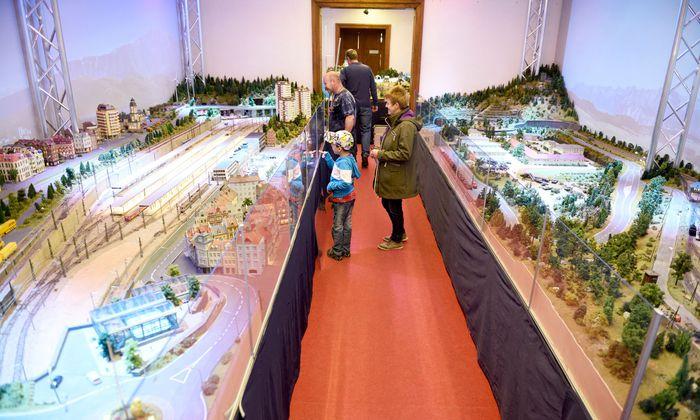 Die Modellbahnwelt Schiltern zeigt u. a. den Hauptbahnhof St. Pölten (li.) und die Kaserne Mautern (re.).