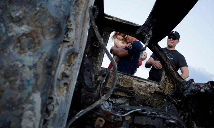 Angehörige der Ermordeten trauern vor den ausgebrannten Wagen. Die mexikanischen Behörden erfuhren von dem Überfall auf die Mormonen erst Stunden später.