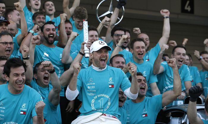 Allen Grund zum Jubeln: Mercedes-Teamchef Toto Wolff (l.) mit Japan-Champion Valtteri Bottas (Bildmitte) und seinen Mannen.