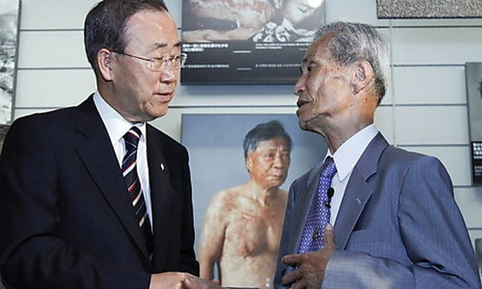 Ban Ki-moon mit Ueberlebendem der Atombombe von Nagasaki