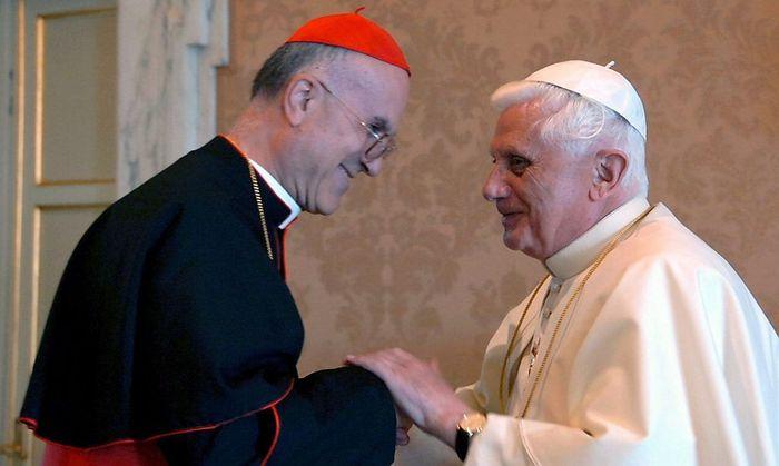 Archivbild aus dem Jahr 2006: Die damals mächtigsten Männer des Vatikans: Papst Benedikt XVI mit seinem Kardinalstaatssekretär Tarcisio Bertone, der nun altersbedingt aus allen Ämtern ausscheidet.