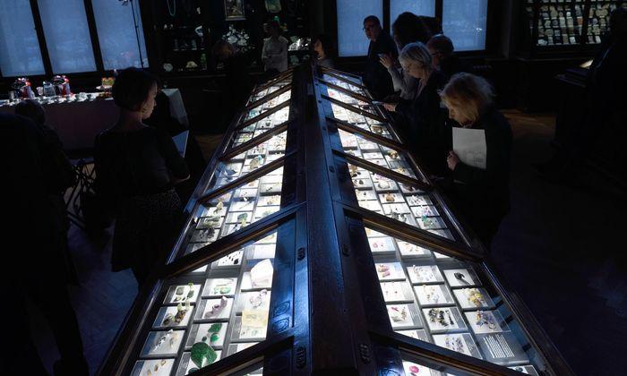 Alte Vitrine, neu gestalteter Inhalt: Die Edelsteinsammlung im NHM Wien ist nach dem ein Jahr dauernden Umbau wieder zu sehen.
