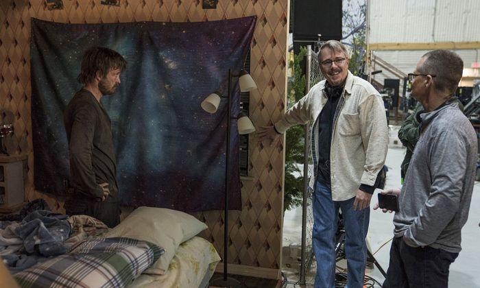 "Hauptdarsteller Aaron Paul mit Regisseur Vince Gilligan (Mitte) am Set von ""El Camino""."