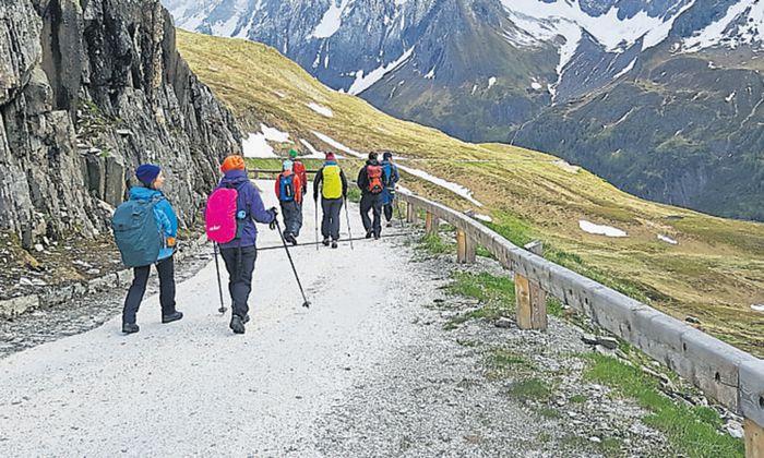 Hinunter ins Pfitschtal führt eine Schotterstraße, die heute Südtiroler Bauern nutzen, um ihr Vieh im Zillertal weiden zu lassen.