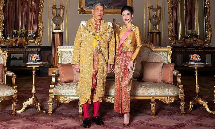 Thailands König Maha Vajiralongkorn mit Sineenat Wongvajirapakdi