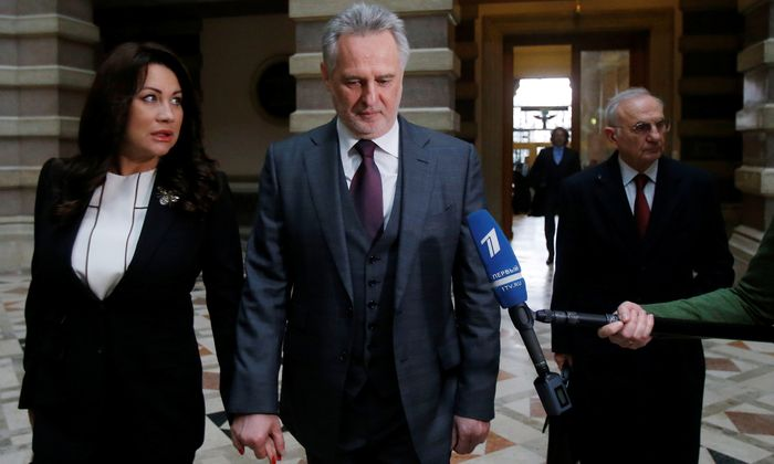 Dmitrij Firtasch auf dem Weg zur Verhandlung, begleitet von Ehefrau Lada und Anwalt Dieter Böhmdorfer.