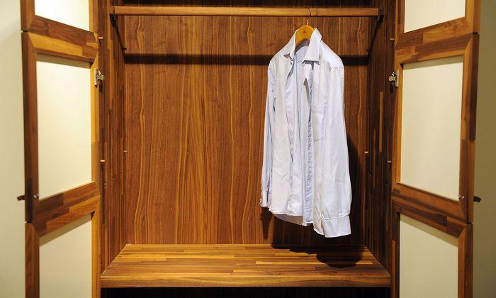Textilien sind bei einer Lagerung im Keller durch Schimmelpilz gefährdet.