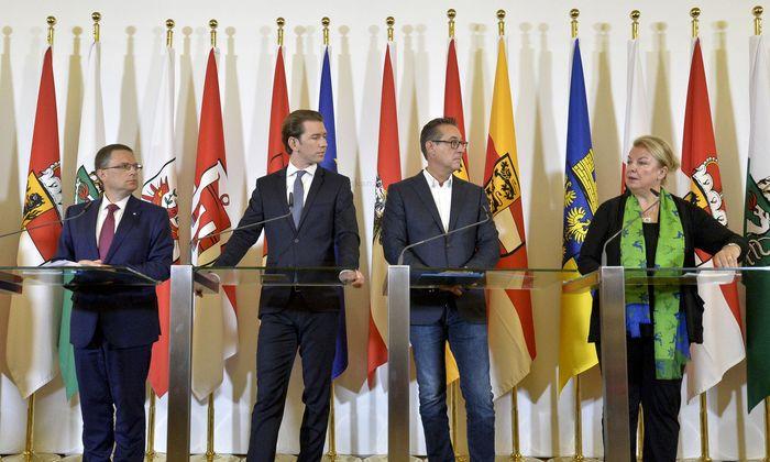 Zufriedenheit in der Regierung mit der Reform (v. l. n. r.): ÖVP-Verhandler Klubchef Wöginger, Bundeskanzler Kurz (ÖVP), Vizekanzler Strache (FPÖ), Sozialministerin Hartinger-Klein (FPÖ).
